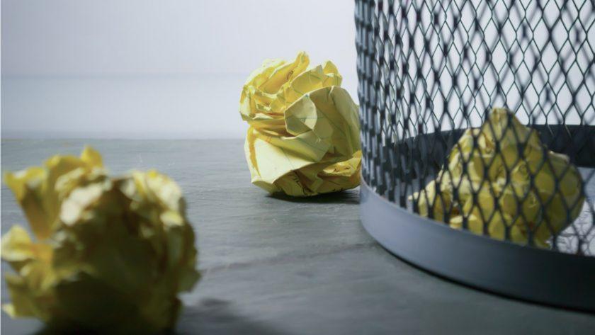 imagem de papel amachucado num cesto